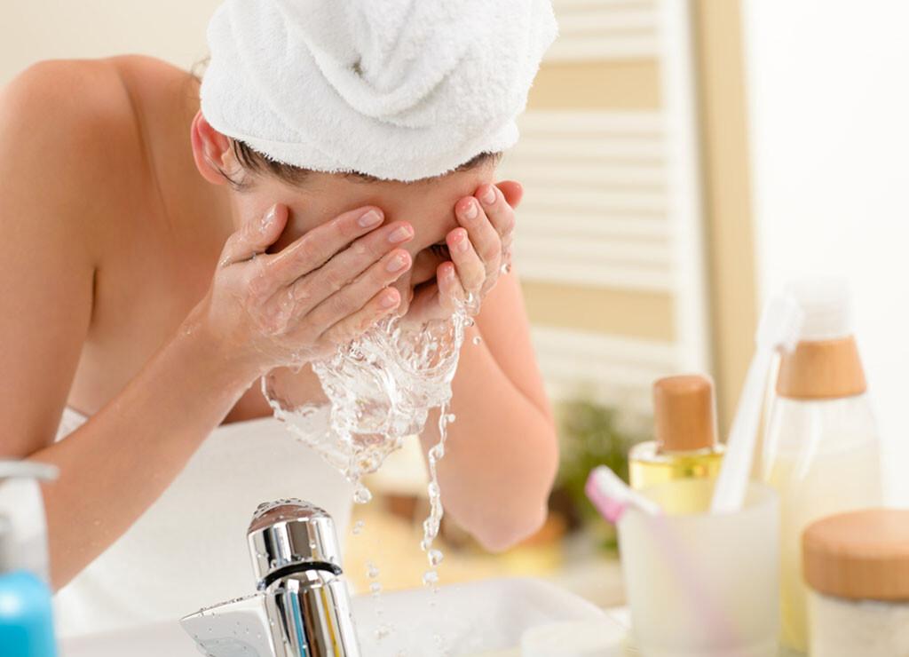 Wer sich zu häufig das Gesicht wäscht, entzieht dadurch der Haut seine Schutzschicht. Milde Pflegemittel sind in der Regel ausreichend. CandyBox Images-shutterstock