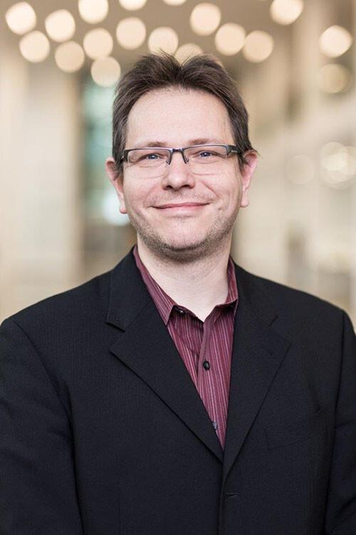 Prof. Dr. Jens Meiler möchte mit dem Computer einen Impfstoff gegen das Coronavirus entwickeln. © Christian Hüller / Universität Leipzig