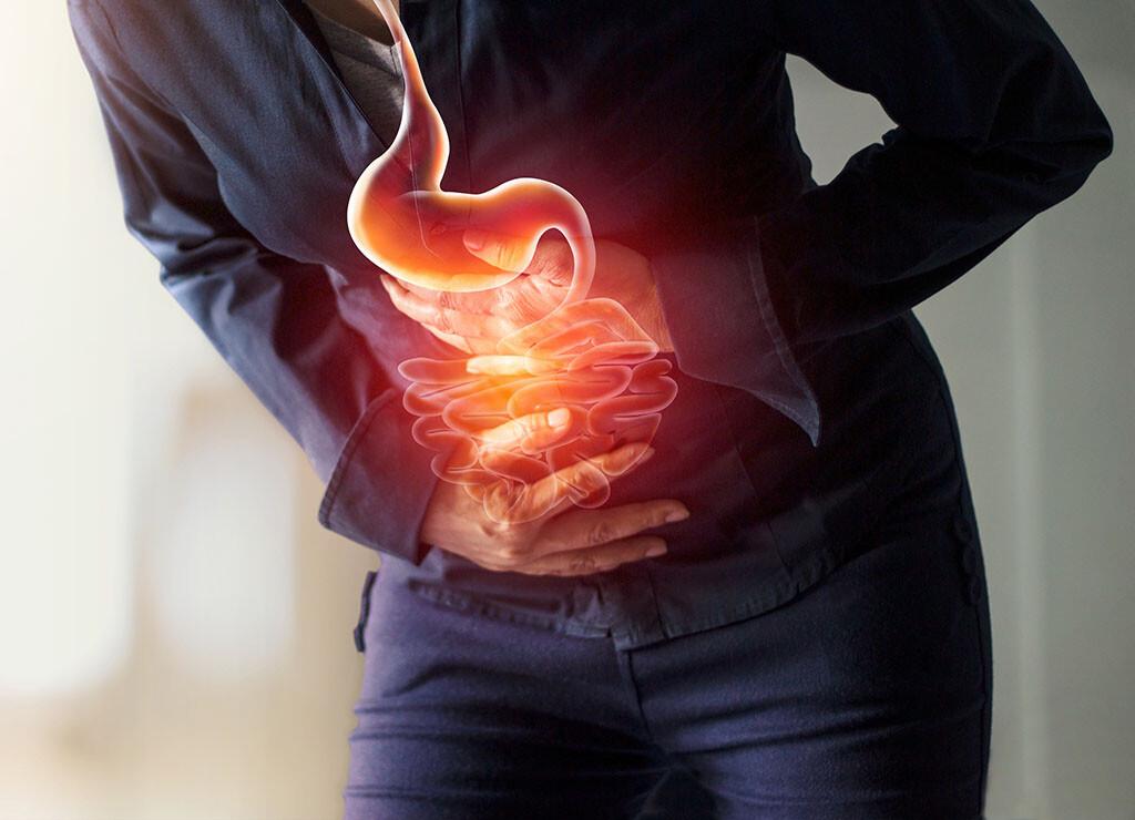 Typische Symptome einer Darminfektion durch Viren, Bakterien oder Parasiten sind Durchfall, Bauchkrämpfe, Bauchschmerzen, Magenschmerzen, Übelkeit und Erbrechen bis hin zu Kopfschmerzen und hohem Fieber. © PopTika / shutterstock.com