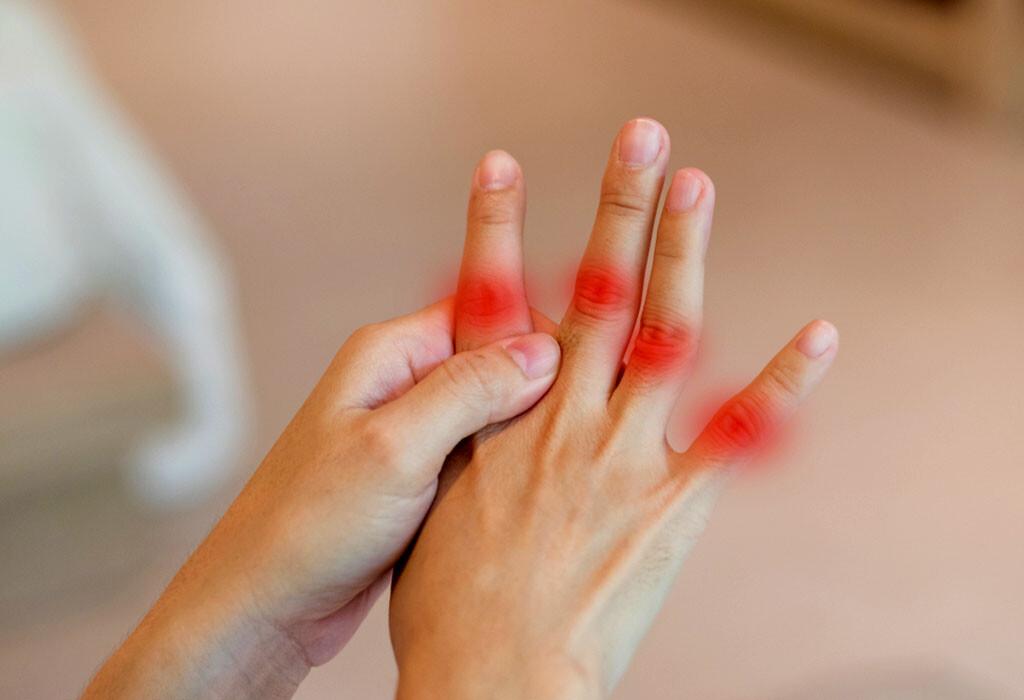 Steife Fingergelenke gehören zu jenen Symptomen, die Vorboten einer enzündlichen Rheuma-Erkrankung, Arthrisit, sein können. © Blurry Me / shutterstock.com