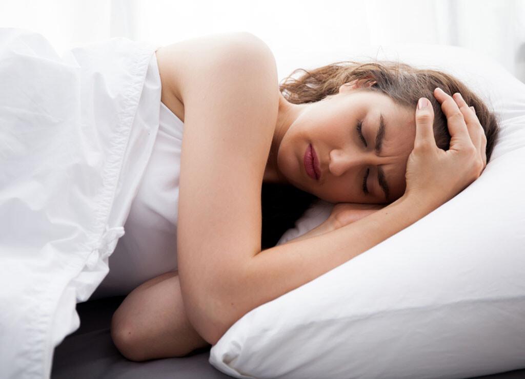 Schlechter Schlaf ist oft die Ursache für Kopfschmerzen am Morgen. © Twinsterphoto / shutterstock-com