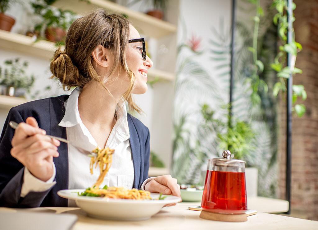 Zuwendungen in Form von Essenszuschüssen, die beispielsweise in der Mittagspause eingelöst werden können, wirken sich sehr positiv auf die Motivation der Mitarbeiter aus. © RossHelen / shutterstock.com