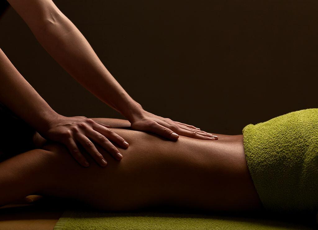 Massagen gehören bei Rückenschmerzen zu den beliebten Behandlungsmethoden, um Verspannungen im Rücken lösen, die Schmerzen zu lindern sowie auch die Durchblutung zu fördern, ähnlich der Wärmetherapie. © UfaBizPhoto / shutterstock.com