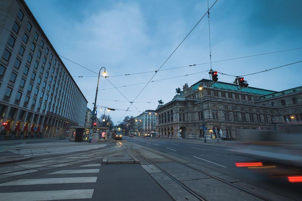 Nahezu menschenleere Strassen in Wien im Lockdown mit vielfältigen Auswirkungen und Milliarden-Kosten. © Panwasin seemala / shutterstock.com