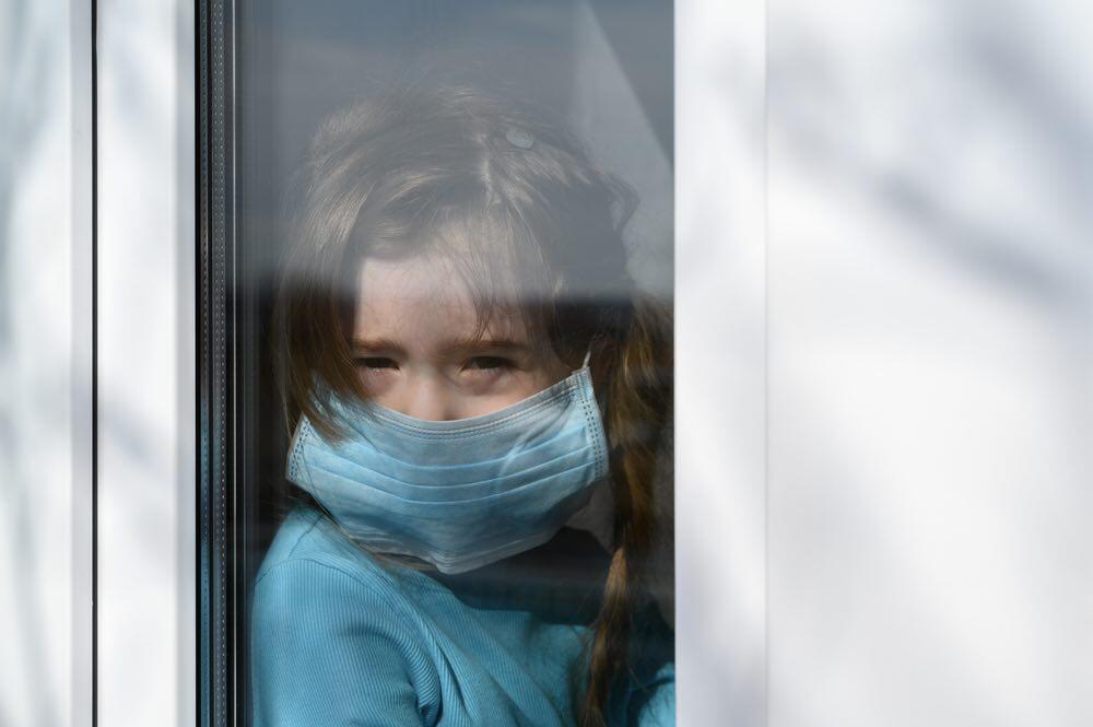 Maßnahmen gegen das Coronavirus beeinträchtigen sehr das Wohl von Kindern. © Ramil Gibadullin / shutterstock.com